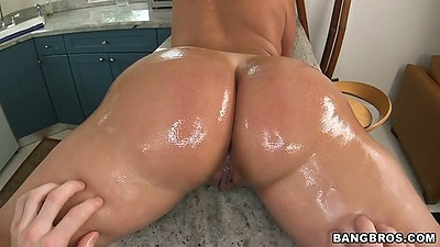 Round ass Vanessa Luna gets oil and ass licking with rear entry sex