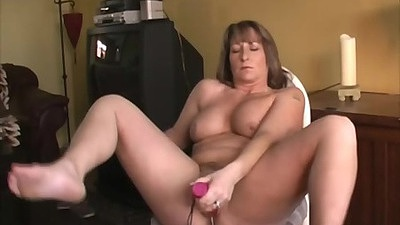 Amateur milf mom Shellys Treats sucking cock offered to her whiel sitting down